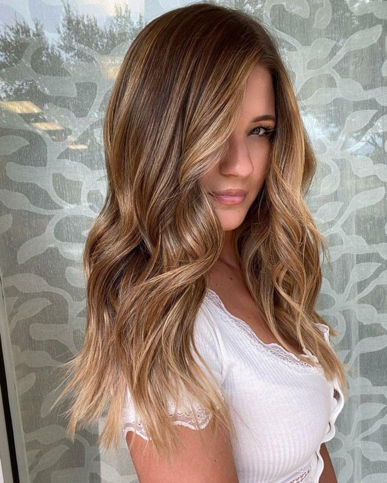 capelli lunghi mossi colorazione castano naturale con balayage miele