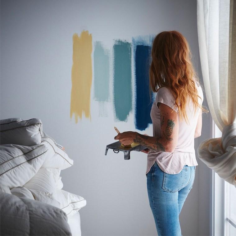 colori rilassanti per camere da letto parete bianca con macchie di vernice