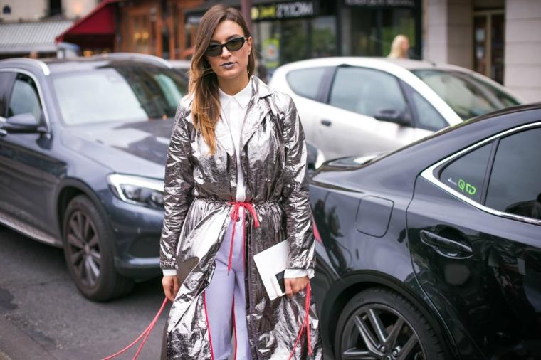 degradè capelli castani taglio lungo mosso donna con cappotto color argento