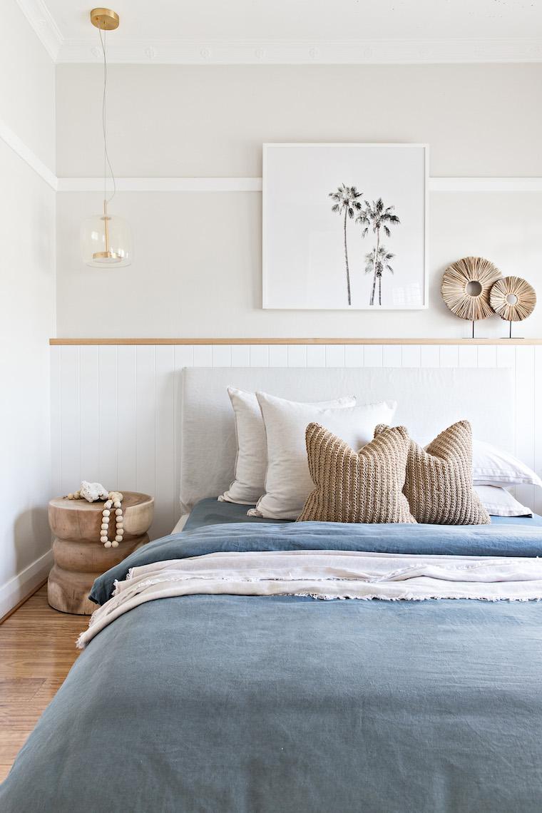 dipingere camera da letto due colori bianco e beige testata letto in tessuto