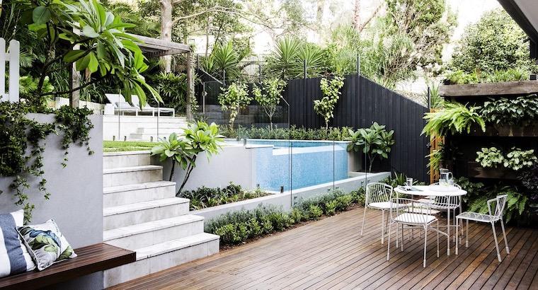 giardino a livelli piante sempreverdi arredamento esterno con mobili in metallo