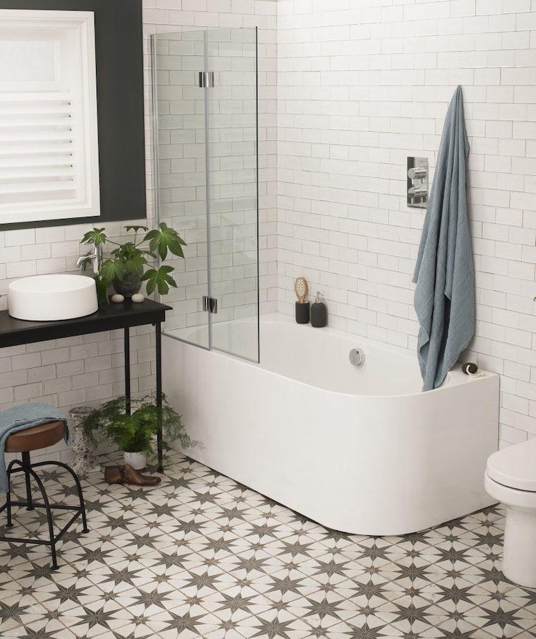idee rivestimento bagno piccolo parete con piastrelle bianche