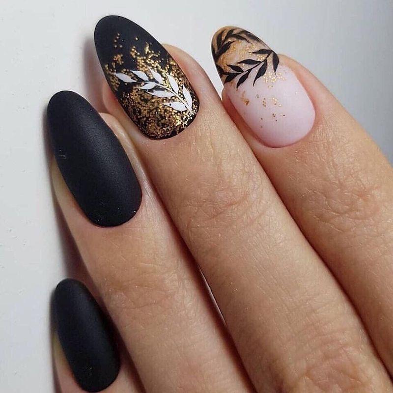 manicure con disegni floreali smalto nero effetto mat