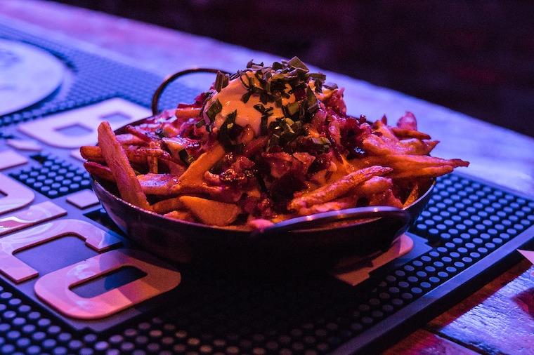 padella con patatine fritte cibo in bar