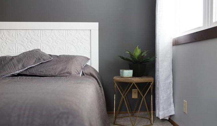 parete dipinta di colore grigio scuro camera da letto moderna comodino con pianta