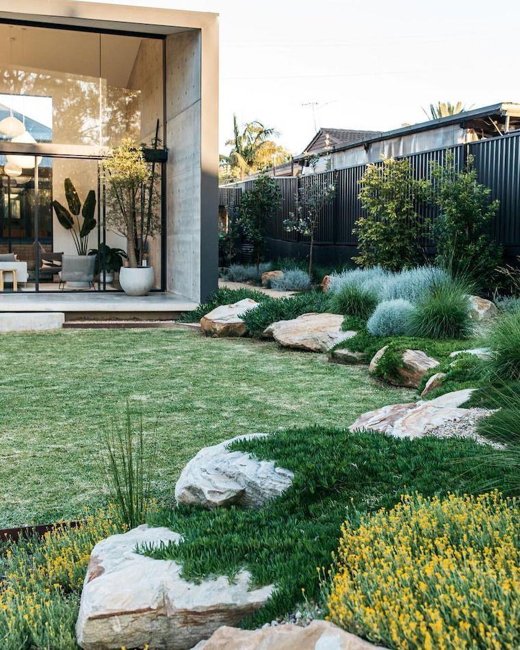 piante da giardino perenni outdoor con prato verde e sassi