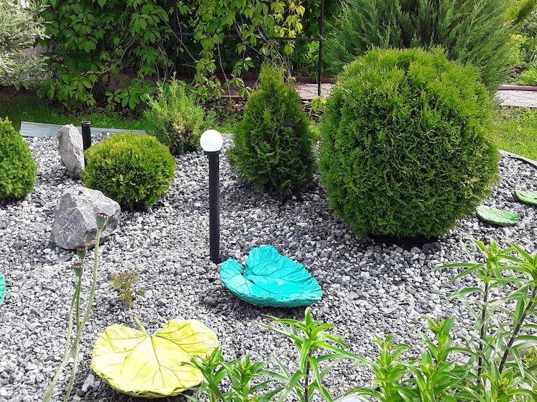 piante da giardino sempreverdi ghiaia da giardino con lampioni