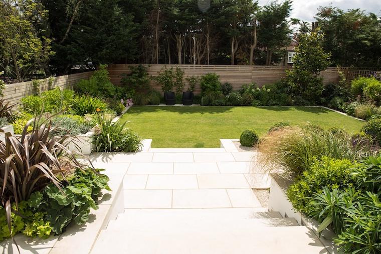 piante sempreverdi decorazione giardino con prato verde recinzione in legno