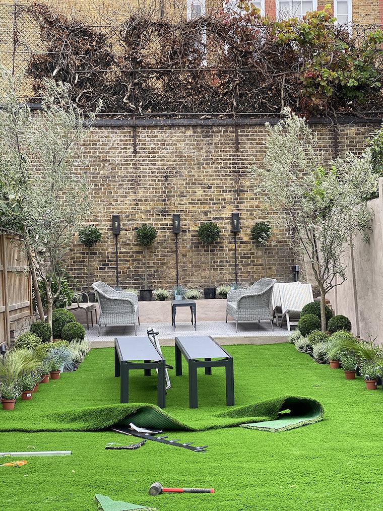 piante sempreverdi giardino interno con mobili in rattan
