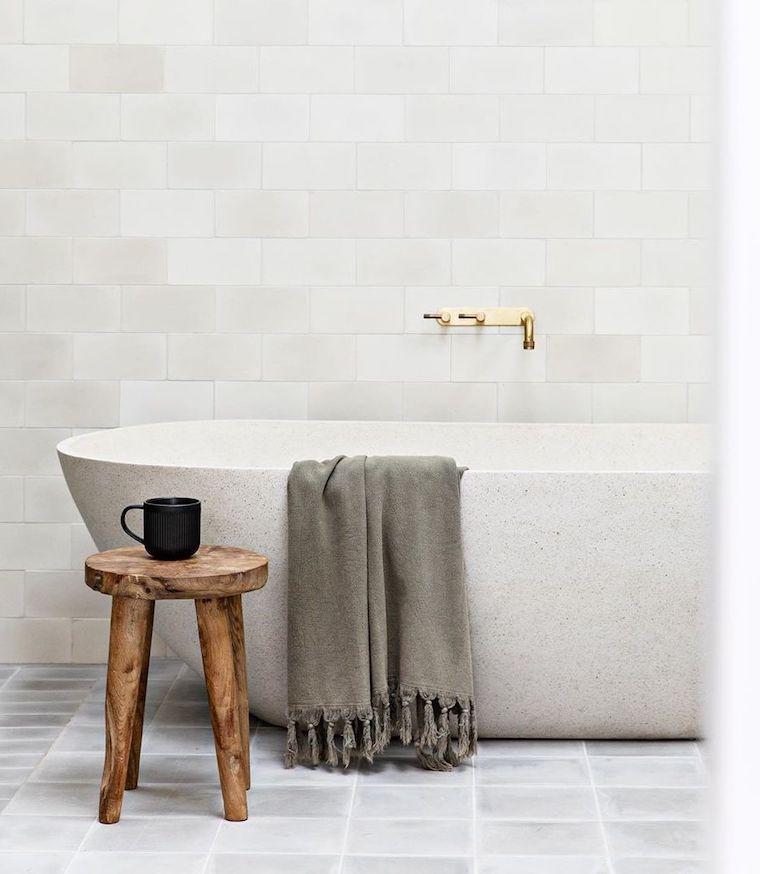 piastrelle adatte ad un bagno piccolo vasca freestanding tavolino di legno rustico