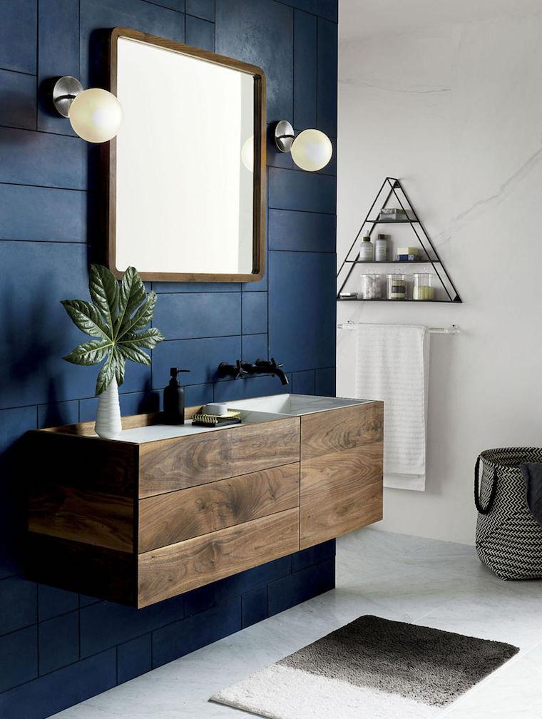 piastrelle bagno di colore blu mobile lavabo di legno specchio rettangolare