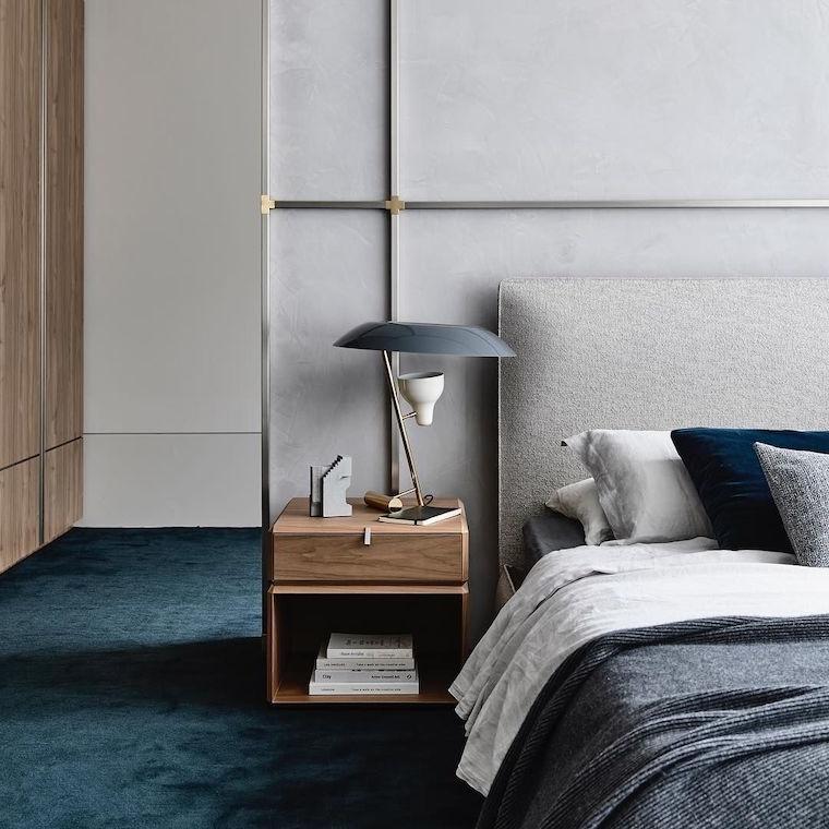 pittura camera da letto classica testata in tessuto grigio comidino di legno