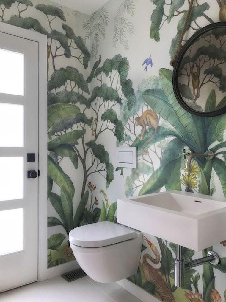 rivestimento pareti bagno con carta da parati motivi tropicali sanitari sospesi