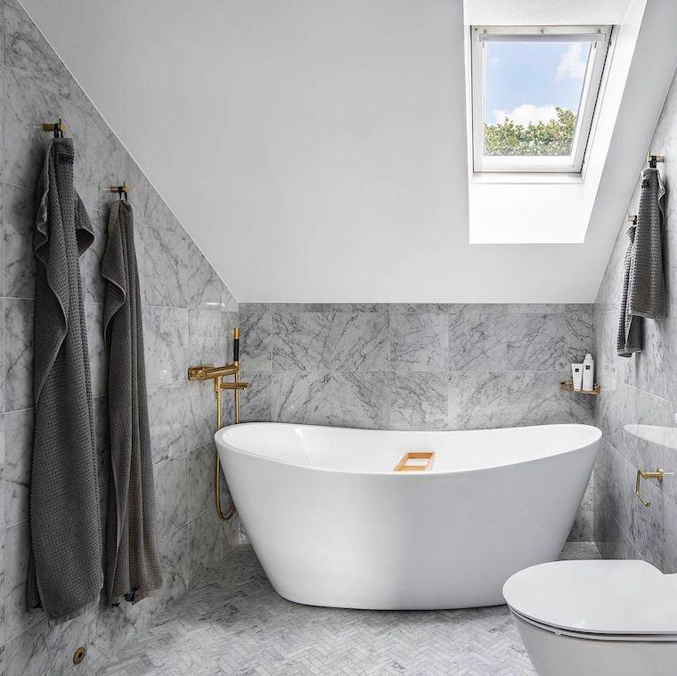 rivestimento pareti con piastrelle di marmo vasca da bagno freestanding