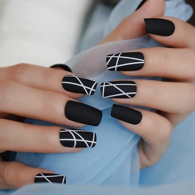 smalto nero opaco unghie con disegni geometrici