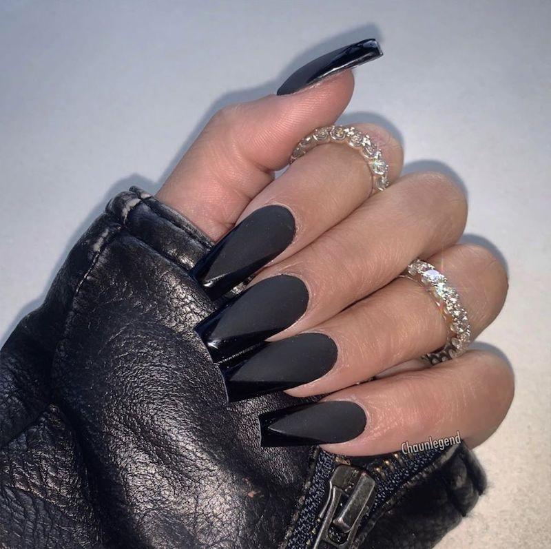 smalto nero opaco unghie lunghe forma quadrata