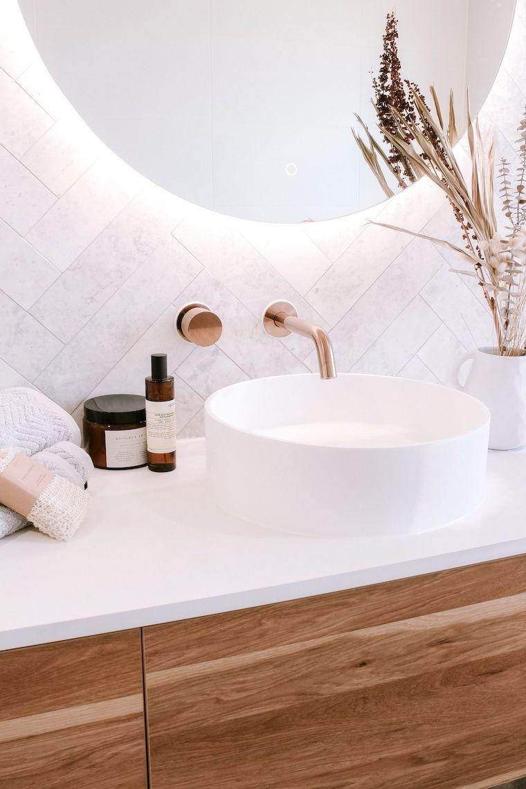 specchio da bagno con retro illuminazione piastrelle adatte ad un piccolo bagno