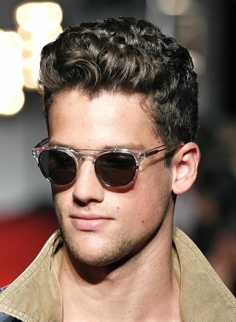 tagli capelli ragazzo acconciatura maschile corta ai lati ricci sopra
