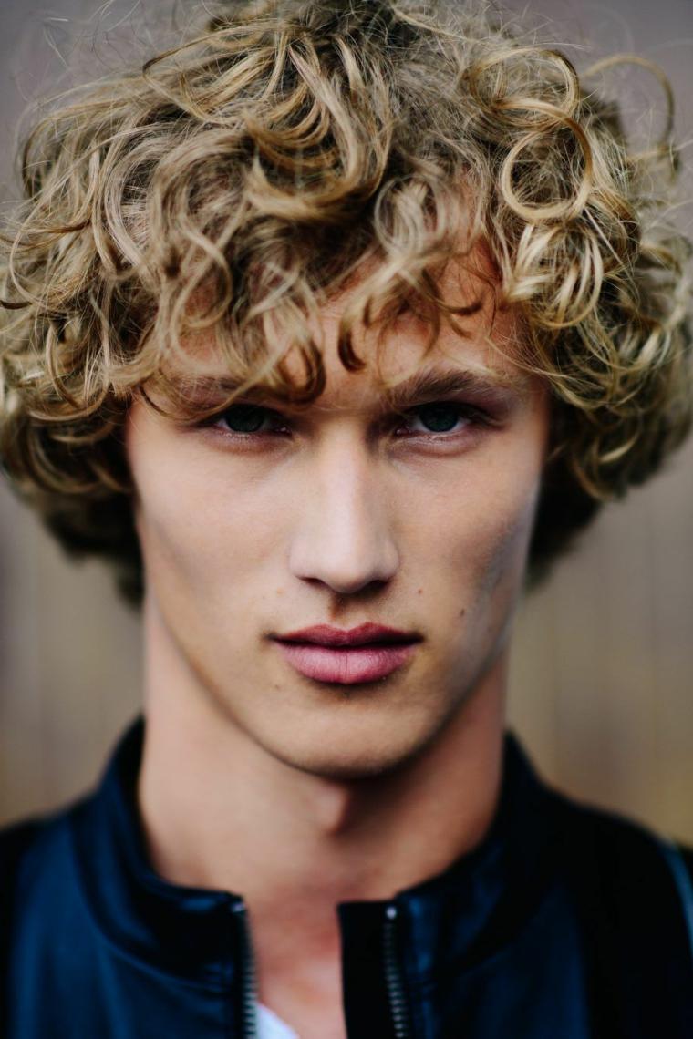 tagli maschili 2021 acconciatura capelli castani ricci con frangia