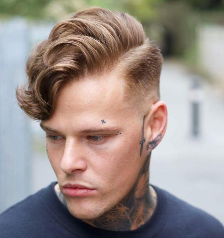 taglio capelli uomo ciuffo basso acconciatura maschile pompadour