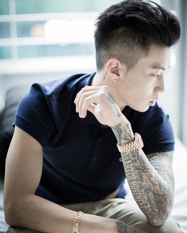 taglio capelli uomo lunghi sopra acconciatura maschile rasata ai lati