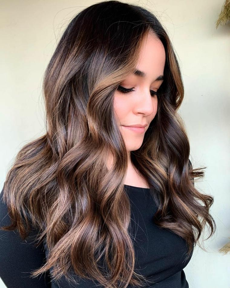 taglio di capelli pari con onde colorazione castano naturale con balayage