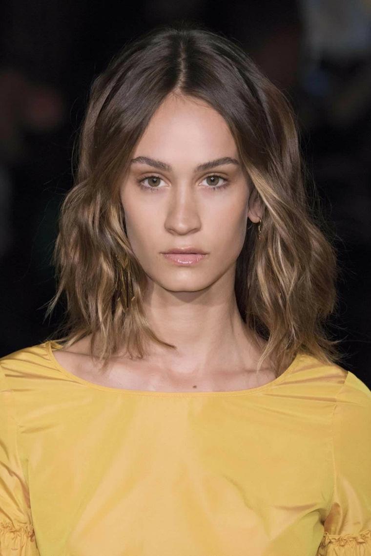 taglio media lunghezza caschetto mosso capelli castano chiaro dorato