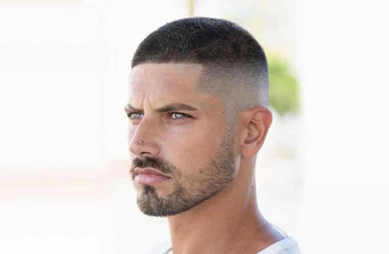 taglio rasato uomo acconciatura capelli cortissimi rasati ai lati