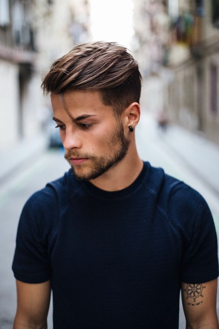 taglio rasato uomo acconciatura maschile con ciuffi lunghi sopra