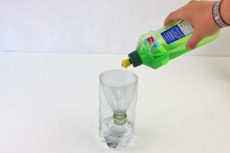 trappola per mosche fai da te bottiglia di plastica con acqua e sapone
