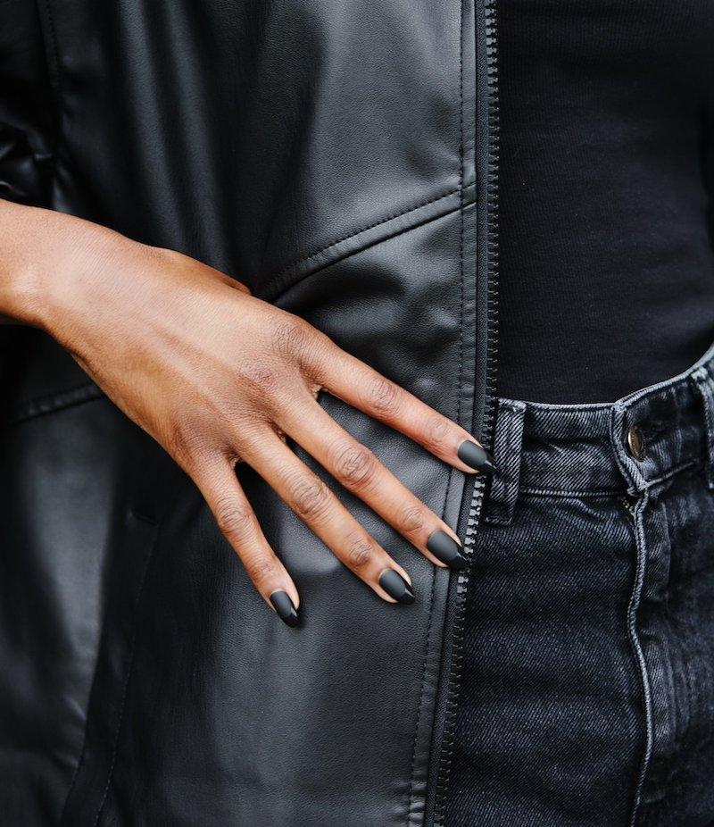 unghie a mandorla con smalto nero mat french manicure