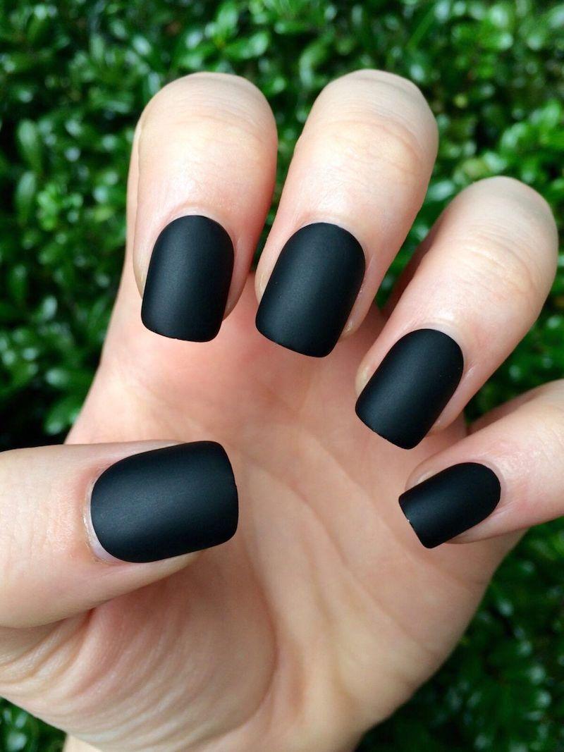 unghie corte nere smalto effetto opaco