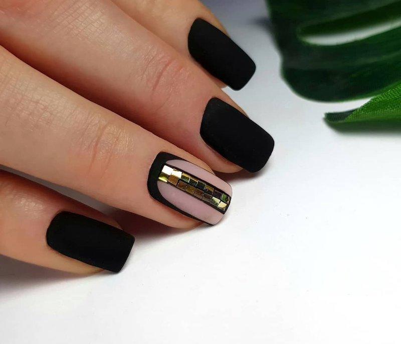 unghie nere e rosa smalto effetto opaco