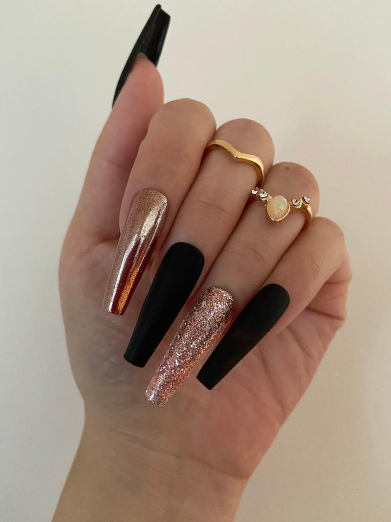 unghie nere opache e oro accent nail glitter
