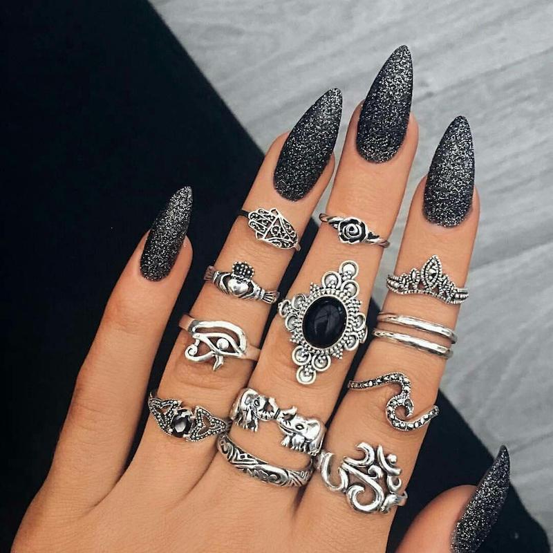 unghie semipermanente nere manicure stiletto effetto glitter