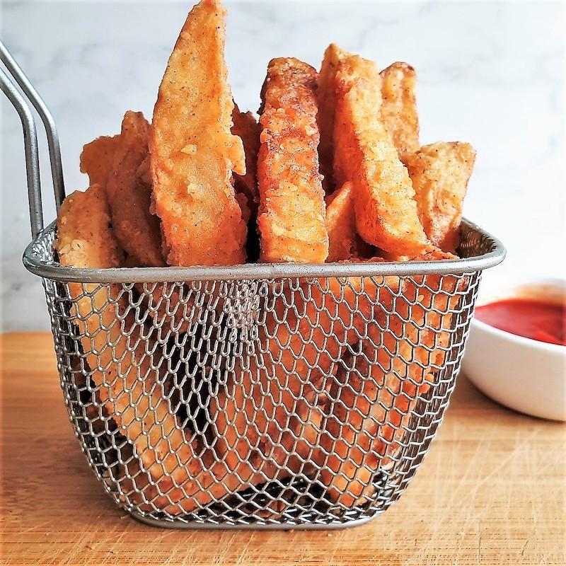 cestello con patatine fritte fatte in casa