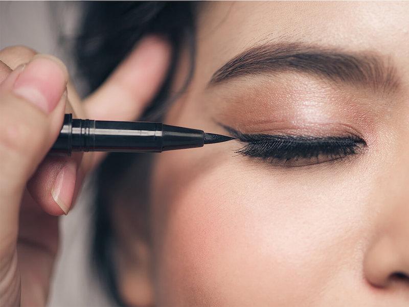 eyeliner a penna linea a coda