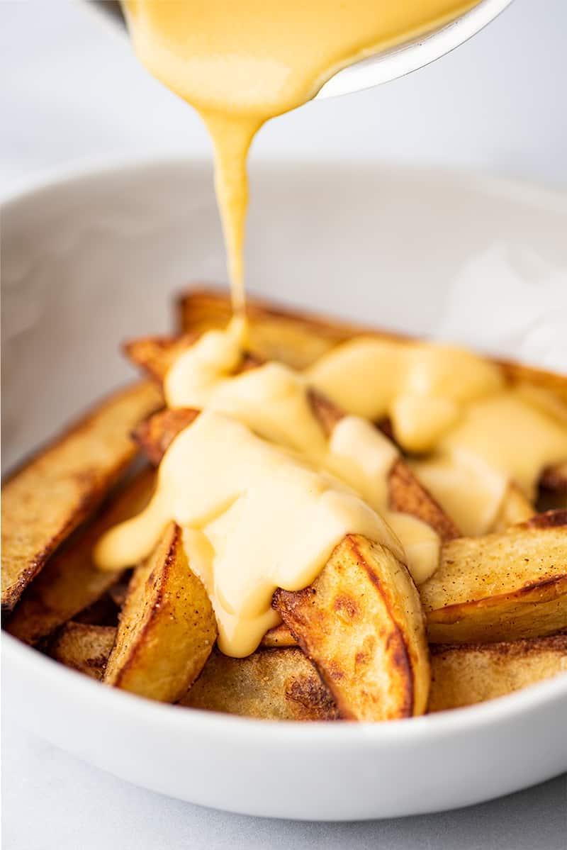 patatine fritte fatte in casa con formaggio
