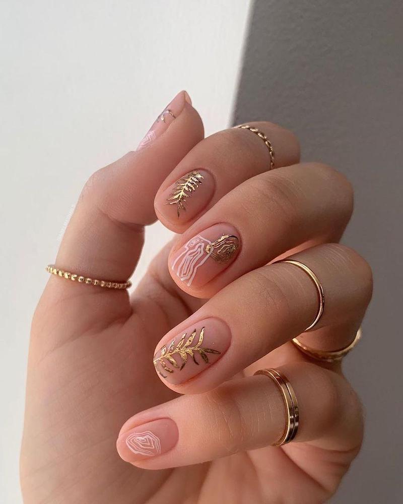 nude nail con motivi floreali
