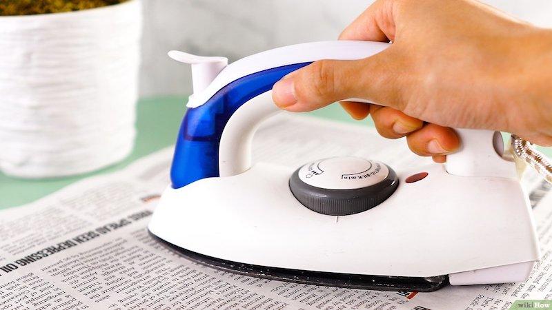 pulire il ferro con giornale