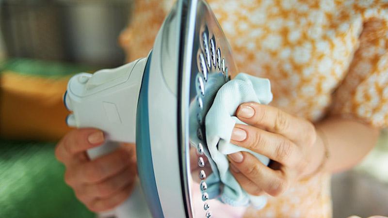 pulire la piastra del ferro da stiro con panno